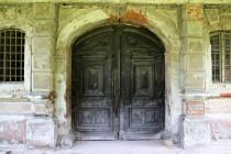 Vstupní portál do jedné z budov