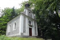 A vyplatí se si zajít až na jižní okraj plošiny, kde je na Hoře svaté Anny barokní kaple