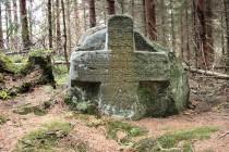 """Stálo to za to. Mohutný kříž je vtesán do skály, se kterou tvoří jeden celek. Jeho čelní strana je popsána starobylou němčinou. Nápis hlásá """"V roce 1628 19. března zde byla vražedně zabita ve věku 15 let počestná panna Marta Gorgi, ctnostná dcera kameníka z obce Horní Ratno. Bůh buď milostiv jí Glorious Resurrection, 1644... Bože, dej jí spásu."""""""