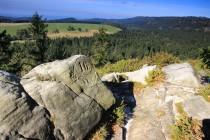 Stezku lemují kameny s přitesanými hraničními značkami