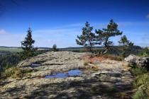Stezka vede kolem skalnatých plošin