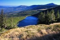 Stezka obloukem obchází Wielki Staw - největší krkonošské jezero