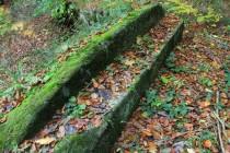 Zaniklé vyhlídkové terasy s kamennými lavicemi