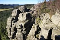 Západní okraje hory tvoří skalní věže a suťoviště obřích balvanů