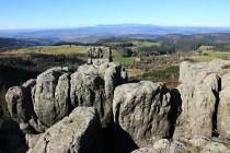 Pohled přes Pastierku a Broumovské stěny směrem na Krkonoše