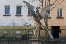 Vambeřice -na dvorku aneb Zátiší s andělem a ptačí budkou