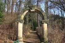 Malé Svatoňovice - Mariánský sad, vstupní portál