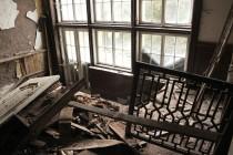 horní patro bylo původně přístupné po dřevěném schodišti, které zmizelo. Zmizel i krásný obraz a původní dřevěné táflování. Ale možná dobře že tak, stejně by to na místě sežraly houby...