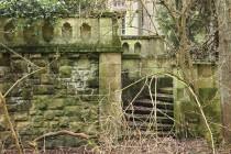 Kamenná terasa je přístupná po krásném schodišti