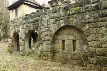 Vila ve výrazně historizujícím stylu stojí na mohutných terasách s cimbuřím