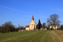 Cestou do Chotěborek se na obzoru postupně  objevuje silueta krásného kostelíka