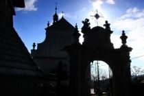 Návsi ovšem vévodí vstupní brána do areálu hřbitova