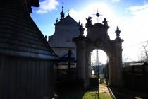 Na hřbitov ke kostelu se vchází monumentální pískovcovou bránou