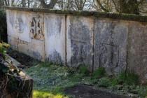 Hřbitovní zeď s náhrobky