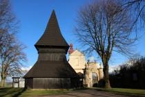 U kostela se dochovala i dřevěná pozdně gotická zvonice