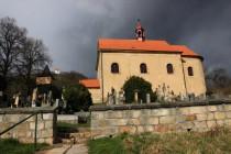 Kostel Všech svatých při úpatí - jediný pozůstatek zaniklé vsi...