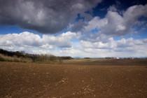 Část valů obklopuje i úrodné pole, kde tábořila mnohá vojska