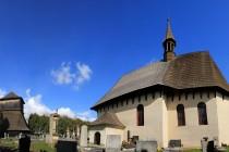 V roce 1689 doplnila kostel dřevěná zvonice. Zdejší hřbitovní areál patří u nás k těm nejhezčím...