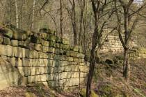 Statek zbytky svých mohutných zdí připomíná středověký hrad