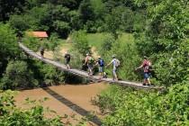 Nástup do soutěsky - řeku lze překonat jen po visutých lávkách
