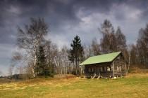Místo zatím nezhyzdili ani lufťáci - jediná chata je vkusná a je ukrytá za březovým lesem...