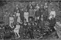 Školáci z Kaltwasser - bývala to jednotřídka typická pro chudé horské Sudety