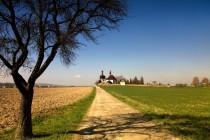 """Kostel Sv. Ducha u Dobrušky - """"český obzor"""" na cestě z Orlických hor"""