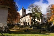 Pohled na kostel bez typické barokní cibule na zvonici je dosti neobvyklý