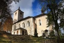 Ke kostelu vede krásné schodiště ze štípaného fylitu. Lunety chybí, ale jejich stopy byly nalezeny při čištění omítky. Kdy došlo k jejich odstranění se neví, na historických snímcích a nákresech je kostel už s jednoduchými římsami.