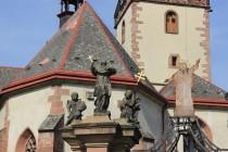 Barokní sochy na portálu u kostela