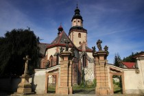 Kostel v Hostinném s barokním portálem