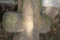 Kostel Nejsvětější Trojice v Hostinném - smírčí kříž
