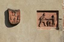 Ze stejného materiálu je i gotický reliéf s výjevem zápasu kováře s medvědem