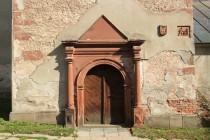 Renesanční portál z červeného permokarbonského pískovce