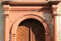 Kostel svatého Jakuba v Dolním Lánově - vstupní portál s vročením