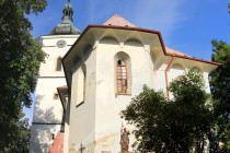 Kostel svatého Václava v Rudníku - kombinace renesančních lunet a barokní cibule. Ve spodním patře zvonice jsou zazděny klíčové střílny dokládající i obrannou funkci kostela.