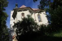 Lunetové římsy u kostela v Rudníku