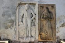 Do stěny kostela jsou zazděné náhrobky Hannibala z Valdštejna a jeho ženy Kateřiny Berkovny z Dubé a z Lipé.