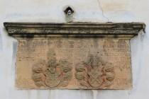 Nad lomeným vchodem do věže jsou zasazené do zdi i erby rodů obou manželů.