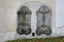 U kostela Nanebevzetí Panny Marie v Horním Maršově