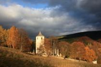 Kostel Nanebevzetí Panny Marie se vyznačuje krásnou polohou nad Maršovským údolím
