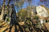 Stezka prochází skalní průrvou Skalna Brama