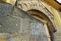 Zdi kostela zdobí kameny s prastarými nápisy, torza křížů a náhrobní kameny...