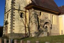 Kostel činí výjimečným zachovalý románský portál, jediná dochovaná památka tohoto druhu ve východních Čechách...