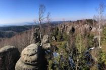 Výhled směrem na severozápad - hlavní hřeben Broumovských stěn