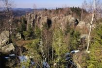 Stezka se klikatí dole mezi skalami