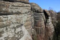 Zdejší skály byly z pískovce vypreparovány podél rovnoběžných tektonických linií. Stěny skal pak tvoří jakési zdi, které se táhnou desítky metrů...
