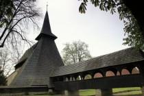 Dřevěný most a mohutná šindelem krytá zvonice, za kterou se krčí gotický kostelík. pohled dosti neobvyklý...