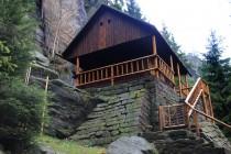 Stojí tu i obnovená horolezecká chata. Horolezci museli tuny materiálu tahat tři kiláky na zádech. Tak nevim, asi jim ochranáři mohli pro jednou povolit alespoň čtyřkolky. Horolezci do skal patří...