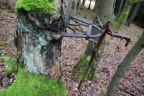 Zbytky ruchadla, které hospodář opřel o strom. Pak šel do odsunu.
